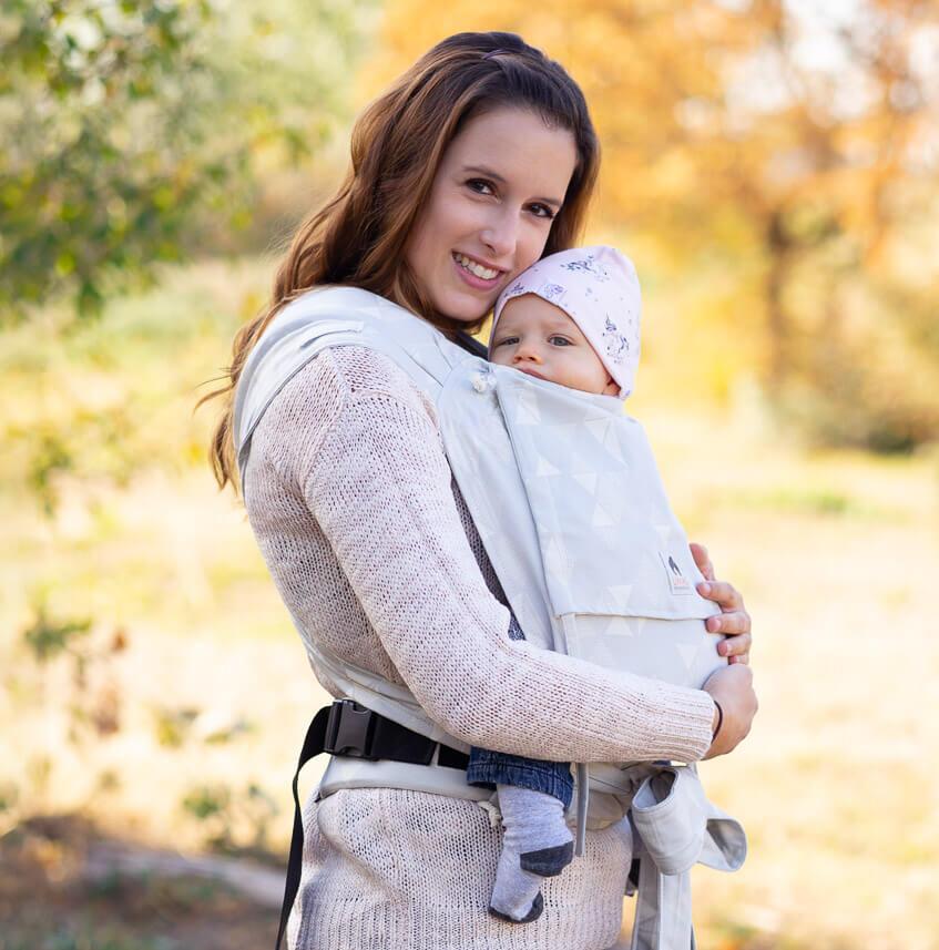 Mama mit Baby in LIMAS Babytrage Sunshine