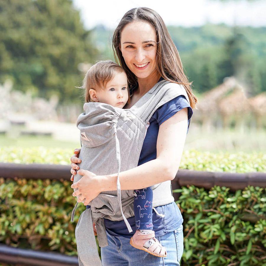 Mama mit Baby in LIMAS Babytrage Stone