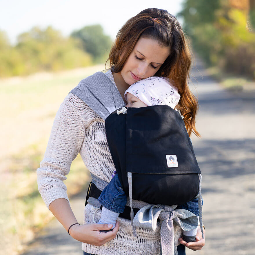 Mama mit Baby in LIMAS Babytrage Schwarz/Grau