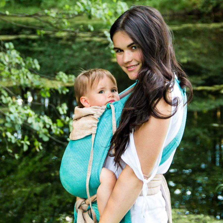 Mama mit Kind in GIRASOL MySol Caribe Babytrage