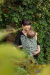 Mami mit Kind in Fräulein Hübsch Mei Tai Stars All Over Grün Babytrage 4
