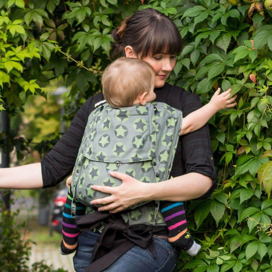Mami mit Kind in Fräulein Hübsch Mei Tai Stars All Over Grün Babytrage