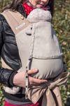 Mami mit Baby in der Fräulein Hübsch Mei Tai Einfärbig Natur Babytrage Nahaufnahme